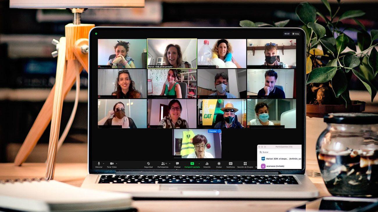 Imagen de una sesión de trabajo de Maricel Ruiz, de El despertador, con el equipo técnico del Servicio de Ocupación de Mataró en el marco del proyecto Competlab
