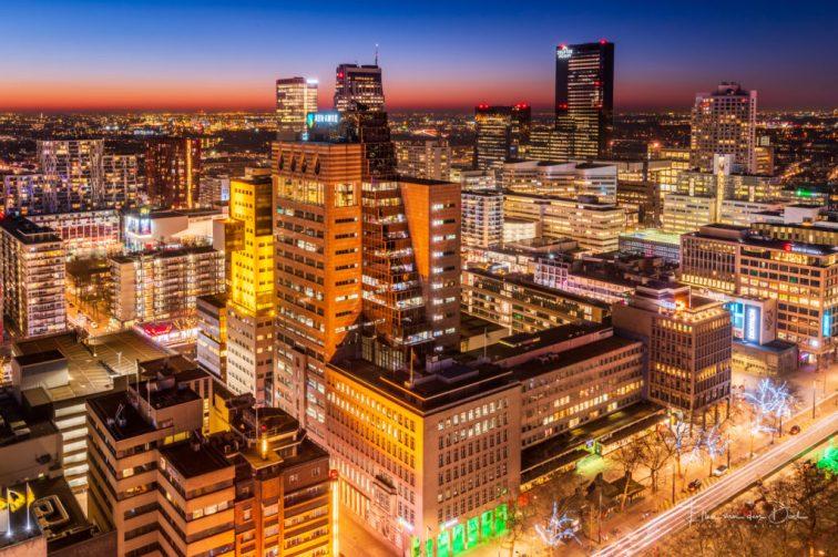 Zicht over Rotterdam tijdens het blauwe uurtje vanaf het WTC