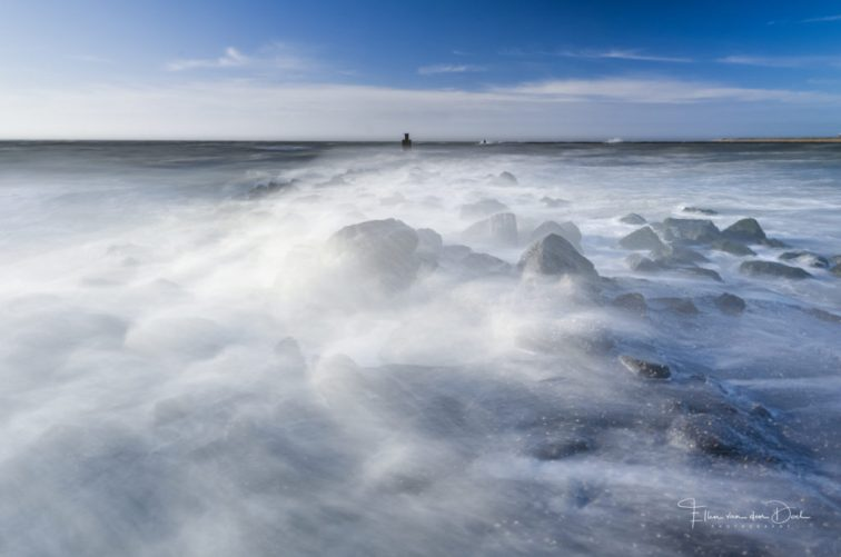 Ruige golven knallen kapot op de stenen