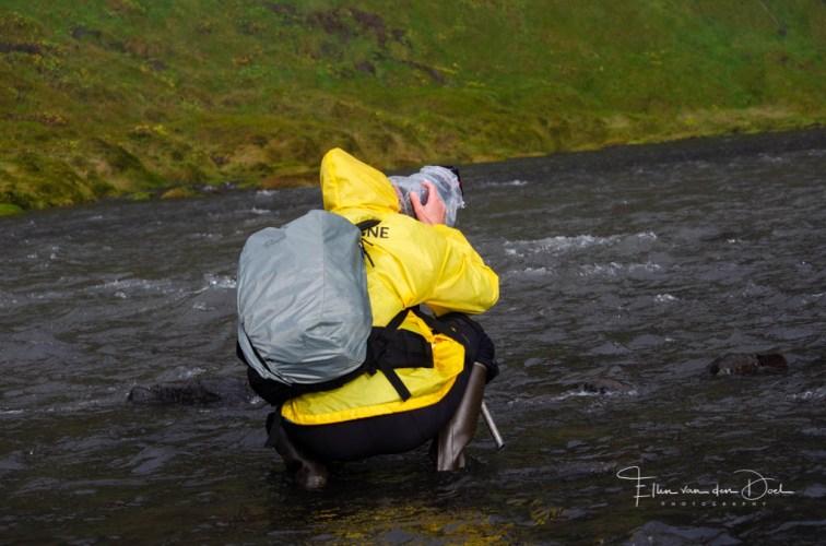 Fotograaf met regenkleding