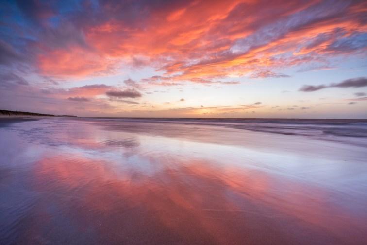 Kleurrijke zonsondergang op het strand