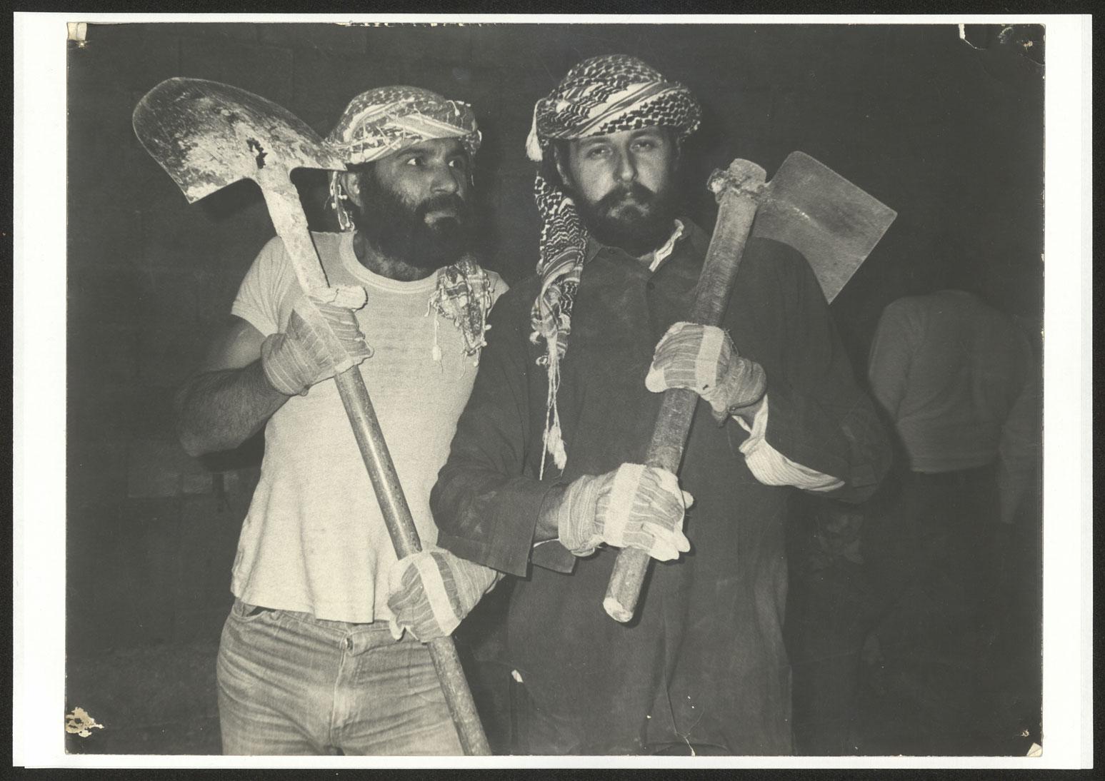 فرانسوا ابو سالم وراضي شحادة من اعضاء فرقة- الحكواتي المؤسسين للمسرح 1983