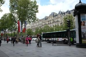 Des petit-amis près de la Avenue des Champs-Élysées