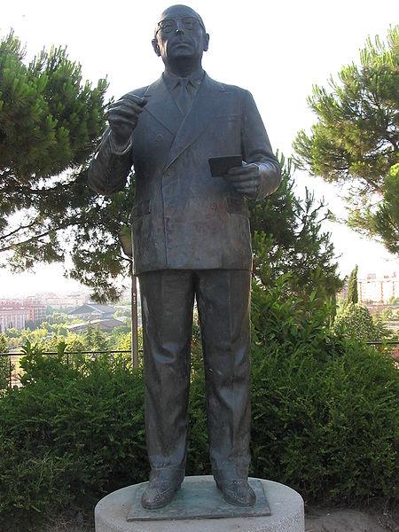 Estatua de Enrique Tierno Galván en Madrid