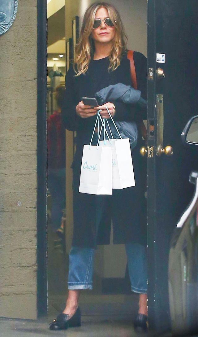 540cbbfae699 Η Aniston φόρεσε τα κλασσικά loafers του οίκου τα οποία συνδύασε με ένα  τζιν παντελόνι και μια σκουρόχρωμη μακριά ζακέτα.