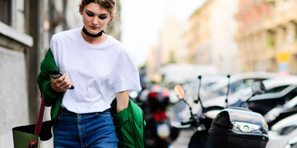 028ae4a6ff7c 6 τρόποι για να φορέσεις το λευκό T-shirt το 2018
