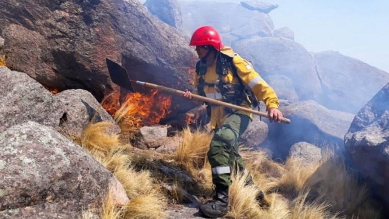 Trabajan para sofocar los incendios en los valles