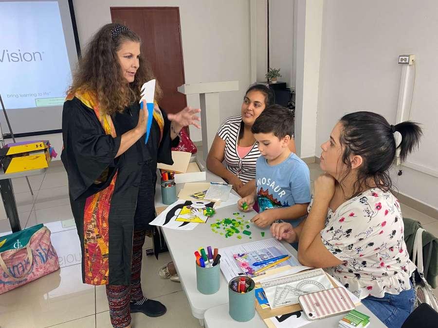 tere marichal en taller montessori para biblioteca solidaria