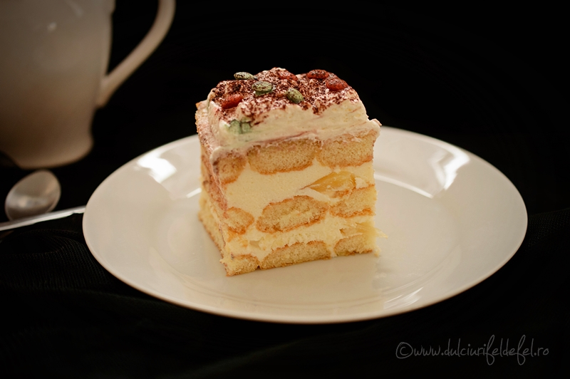 Prăjitura cu pișcoturi și cremă de iaurt și fructe