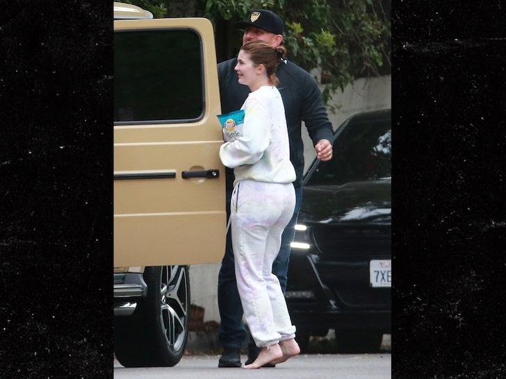 Kylie Jenner, în picioarele goale, după chipsuri și apă în timpul pandemiei cu coronavirus