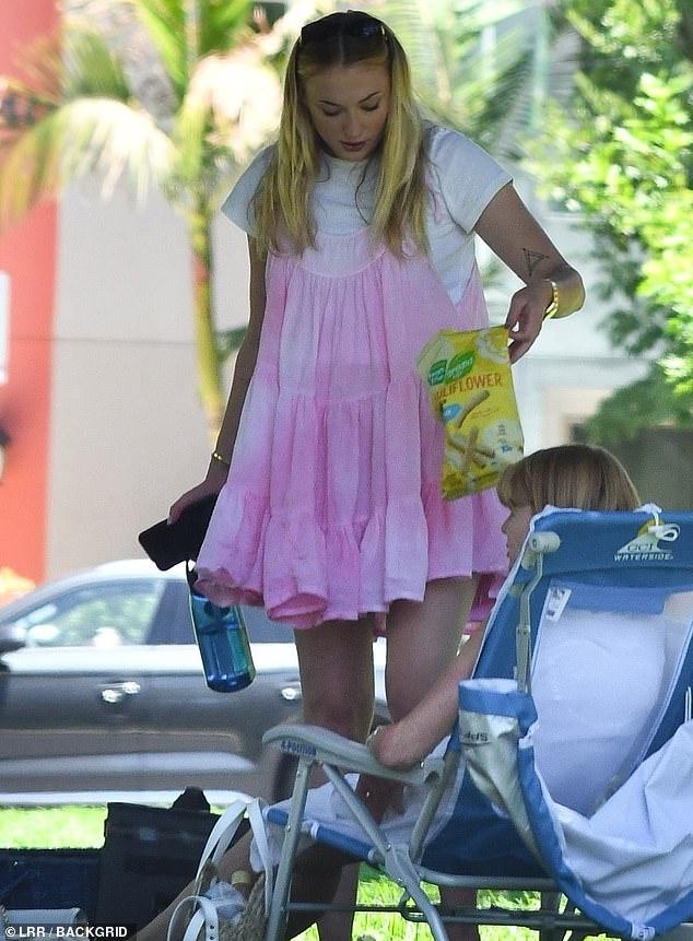 Sophie Turner, însărcinată, la un picnic în LA cu soțul, Joe Jonas, și părinții ei. (Galerie foto) 7