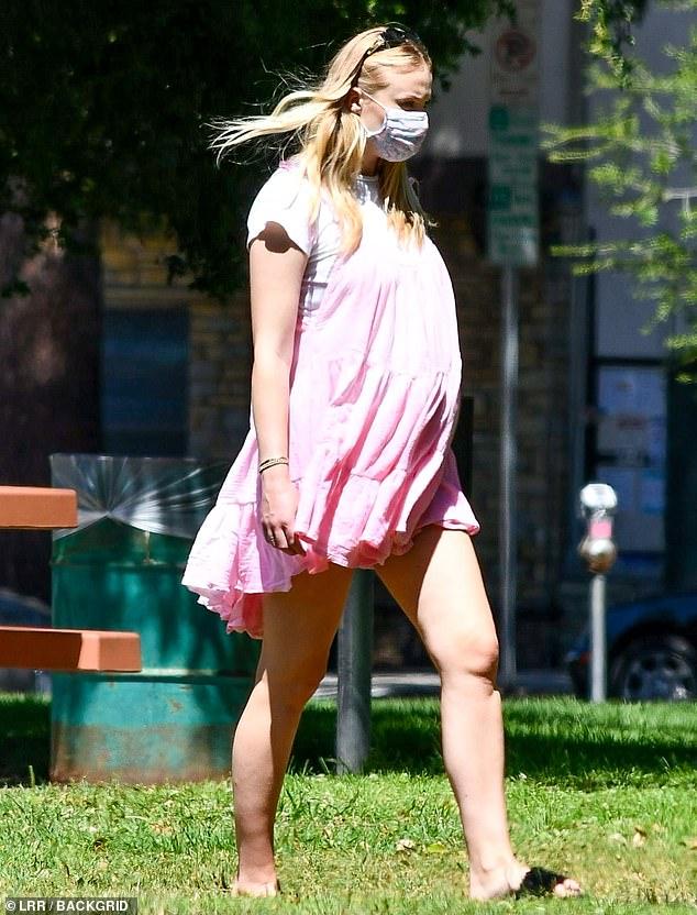 Sophie Turner, însărcinată, la un picnic în LA cu soțul, Joe Jonas, și părinții ei. (Galerie foto) 14