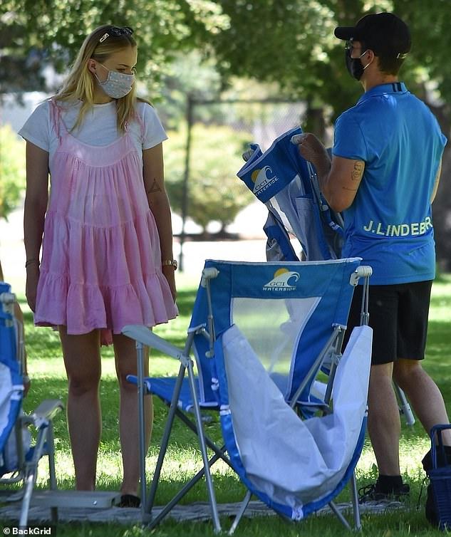 Sophie Turner, însărcinată, la un picnic în LA cu soțul, Joe Jonas, și părinții ei. (Galerie foto) 12