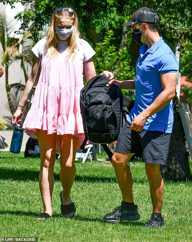 Sophie Turner, însărcinată, la un picnic în LA cu soțul, Joe Jonas, și părinții ei. (Galerie foto) 9