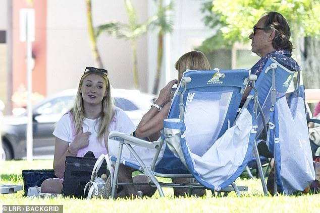 Sophie Turner, însărcinată, la un picnic în LA cu soțul, Joe Jonas, și părinții ei. (Galerie foto) 8