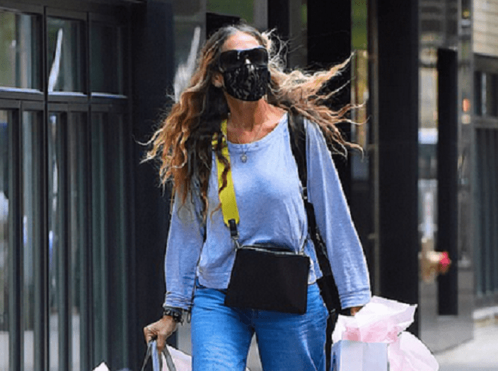 Sarah Jessica Parker has tense-looking chat with staff at her Seaport store… after hand-delivering orders herself