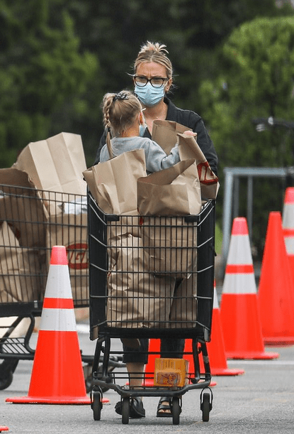 Scarlett Johansson, 35, takes daughter Rose Dorothy to grocery shopping 5