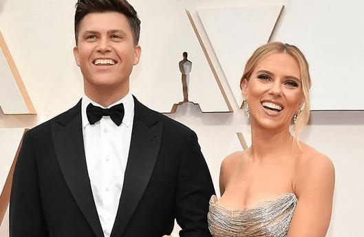 Actrița Scarlett Johansson, 35 ani, s-a căsătorit cu Colin Jost, 38 ani.Evenimentul a avut loc într-o ceremonie restrânsă 5