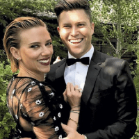 Actrița Scarlett Johansson, 35 ani, s-a căsătorit cu Colin Jost, 38 ani.Evenimentul a avut loc într-o ceremonie restrânsă