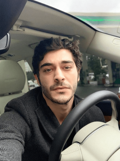 Actorul turc Burak Deniz, în vârstă de 29 de ani, se întâlnește cu supermodelul turc care are 7 ani mai mult decât el 7