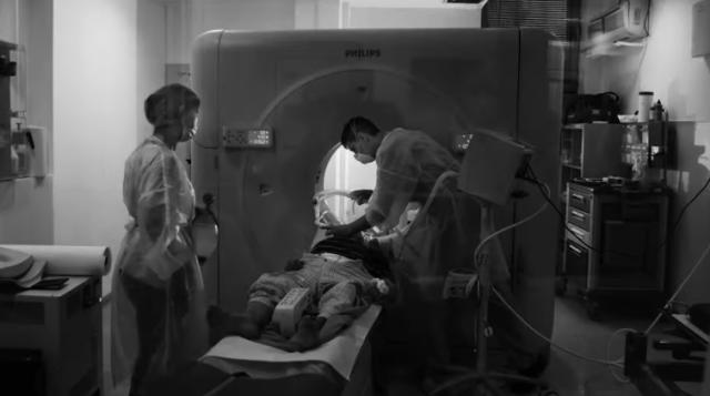 Actorul Benedict Cumberbatch, alături de artişti români, prezintă în proiecţii uriaşe lupta medicilor români cu virusul ucigaş 10