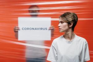 Femeie din Arad, 52 ani, infectată cu COVID-19, se plimba prin oraș fără mască de protecție