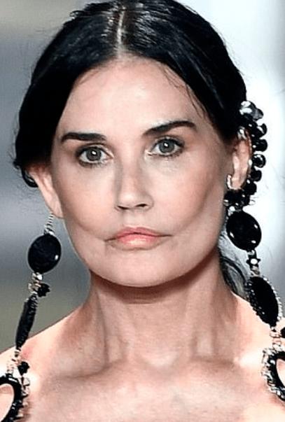 Demi Moore, aspect dramatic pe podiumul de la Fashion Week Paris 2021 4