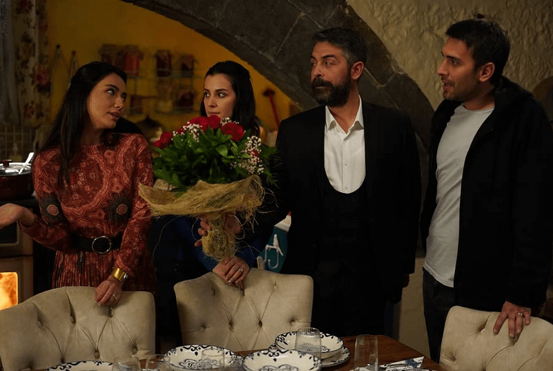 Sinan Tuzcu, Öykü Gürman, Ulas Tuna Astepe, Irem Helvacioglu în Sen Anlat Karadeniz
