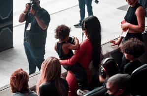 Kim Kardashian și Kanye West fotografiați împreună în culise cu copiii lor la petrecerea de lansare a albumului din Atlanta