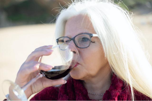 Femeie care bea alcool