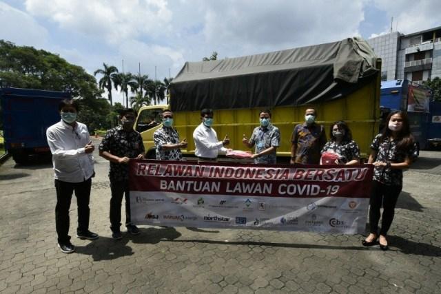 Relawan Indonesia Bersatu Memberikan Donasi