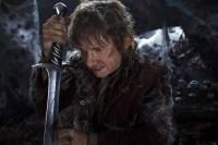 Bilbo empuñando a Dardo en el Bosque Negro