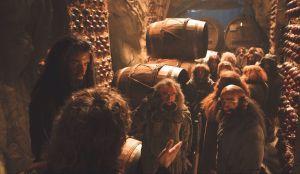 Bilbo explica a los Enanos cómo escapar
