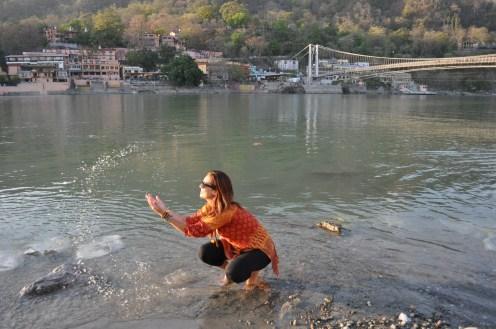 Na beira do Rio Ganges em Rishikesh (ali a água é limpa)