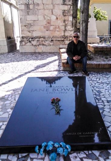 El autor en la remozada tumba de Jane Bowles, en Málaga @ Antonio García Maldonado
