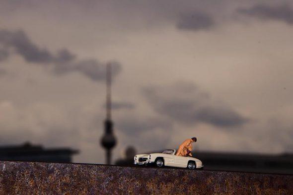 Sexo en el coche con Berlín de fondo. Foto: Mr. Peluche