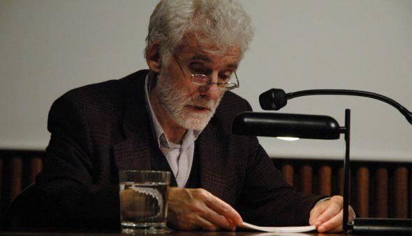 Ángel González en la Fundación Tápies en 2006. Foto: Fundación Tápies / Jordi Vic.