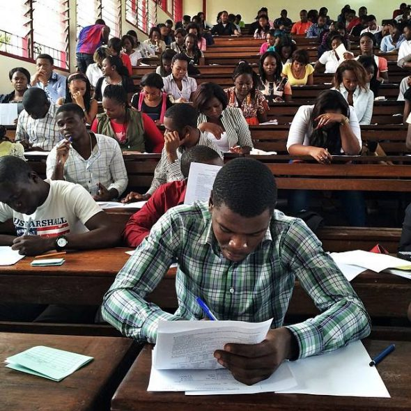 Estudiantes haciendo un examen en la Universidad Protestante de Kinshasha, República Democrática del Congo. Foto: Jana Asenbrennerová / Everyday Africa.