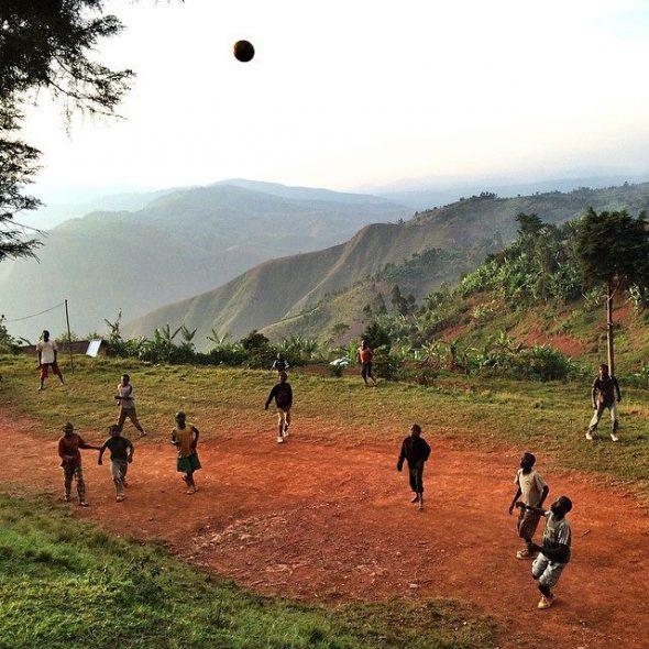 Niños jugando al fútbol mientras anochece en un pueblo del sur de Kivu, RDC.  Foto: Jana Asenbrennerová / EverydayAfrica.