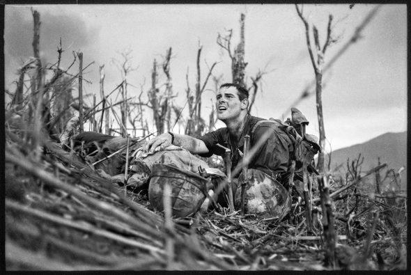 Hill 881, Vernon Wike, oficial médico de los Marines de Estados Unidos, con un camarada moribundo, cerca de Khe Sanh; Vietnam del Sur, 30 de abril de 1967. © Dotation Catherine Leroy.
