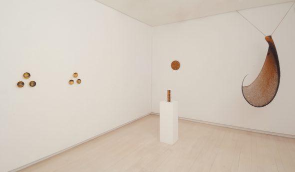 Dos vistas de la exposición Ackling, Long, Schlosser en la galería