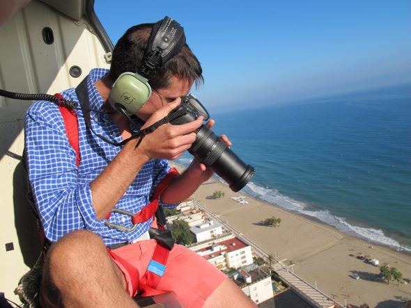 El fotógrafo en el helicóptero durante la sesión realizada en Tarragona el pasado octubre. Foto: Manuel Cuéllar.