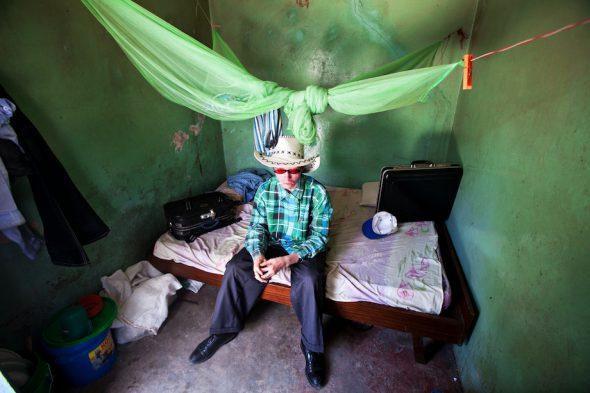 Albino de 25 años huido de su pueblo después de que asesinaran a su mejor amigo, albino también. Pasó cinco meses en una celda de la comisaría de policía de Mwanza voluntariamente para que no le atacasen. Foto: Liron Shimoni.