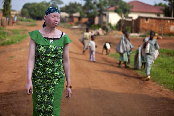 """""""Antes me quedaba en casa de día para evitar la exposición al sol y, al atardecer, salía a divertirme con mis amigos. Hoy tengo miedo, siento como si me quisieran cazar"""", comenta Ida, de 23 años, vecina del pueblo de Ushirombo, en el centro de Tanzania.  Foto: Liron Shimoni."""
