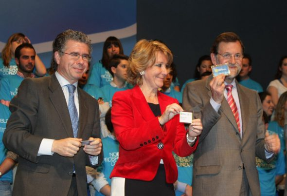 Esperanza Aguirre flanqueada por Francisco Granados y Mariano Rajoy. Foto: Partido Popular / Creative Commons.