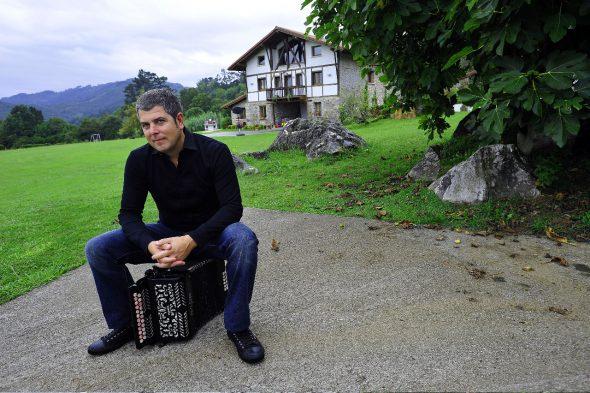 El compositor y músico Kepa Junkera sentado sobre su trikitixa. Foto de Santi Yañiz.