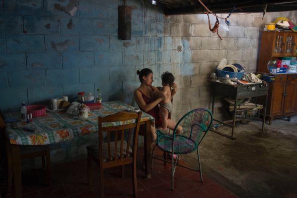 """Siomara Castro, 18 años: """"Mi hijo enferma a menudo con diarreas y vómitos por culpa del agua sucia"""". (Nueva Esperanza, Nejapa, El Salvador) ©Calamar2/ Pedro ARMESTRE"""