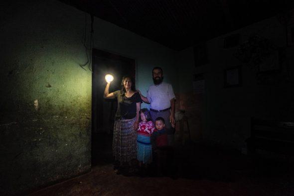 La hidroeléctrica Renace se ha instalado en la zona con amenazas a la población y falsas promesas de desarrollo. La empresa ha cortado el acceso al río para miles de personas y no ha respetado la estrecha relación de los indígenas mayas con la naturaleza.  María Dolores Caal y Ramiro Sierra viven en Chacalté, una aldea que está muy cerca de las instalaciones de Renace, pero no disponen de luz eléctrica. Su única fuente de iluminación es una linterna solar. ©Calamar2/ Pedro ARMESTRE