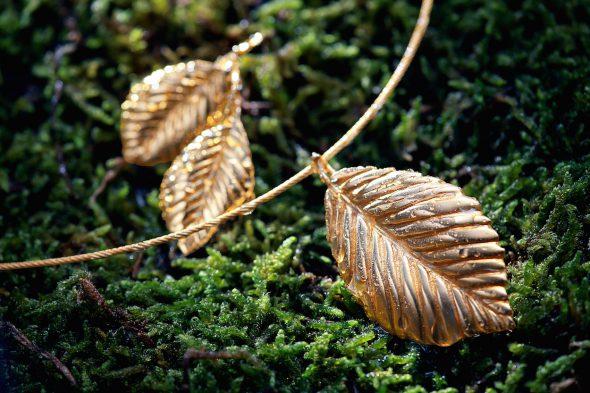 Colgante y pendientes de hojas de olmo de The Desman.