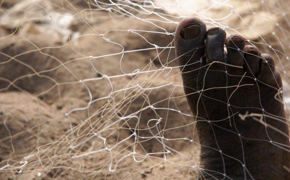 Reparando las redes de pesca en una playa de Gambia. Foto: J.Barandica